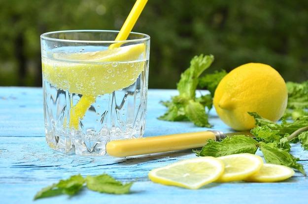 stakan-vody-s-limonom