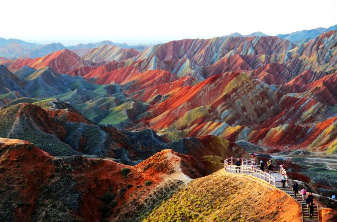 Цветные скалы в Китае: разбавим серые будни