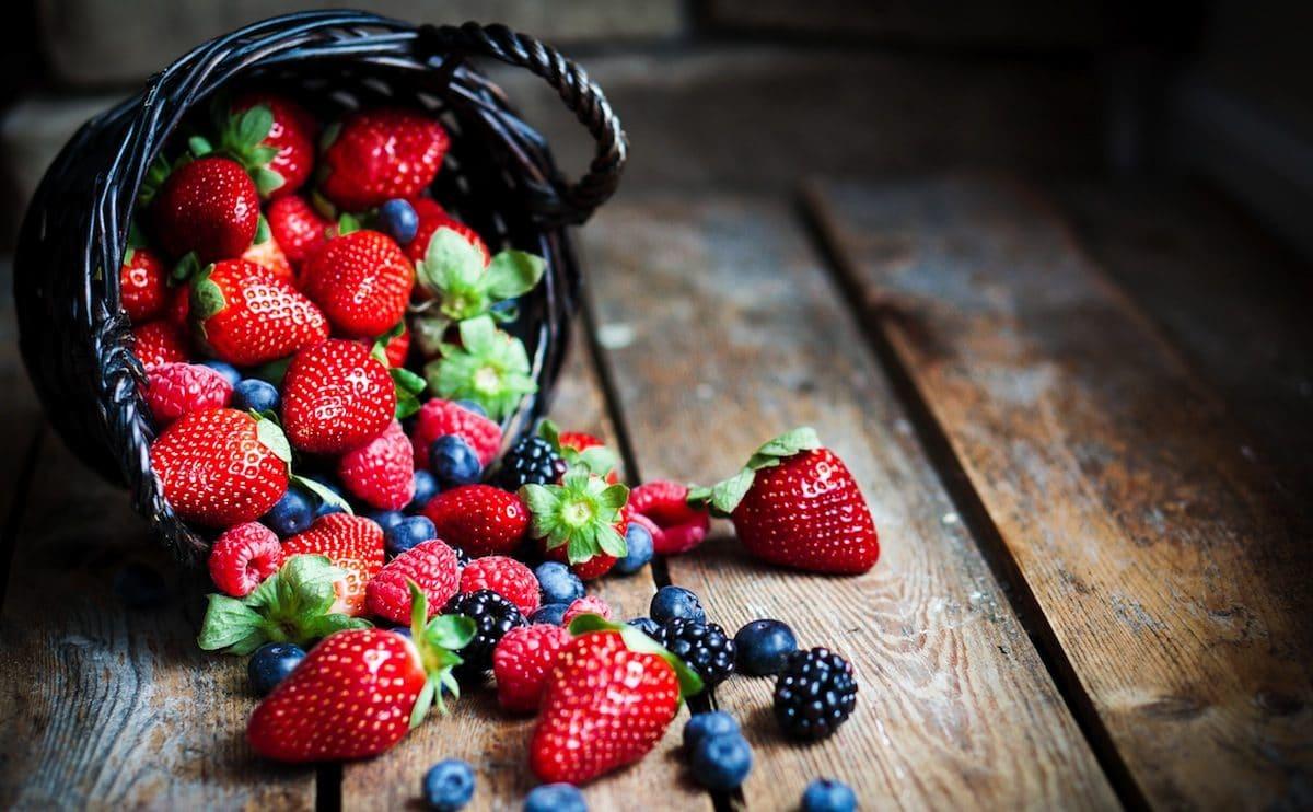 фрукты и ягоды содержат органические кислоты