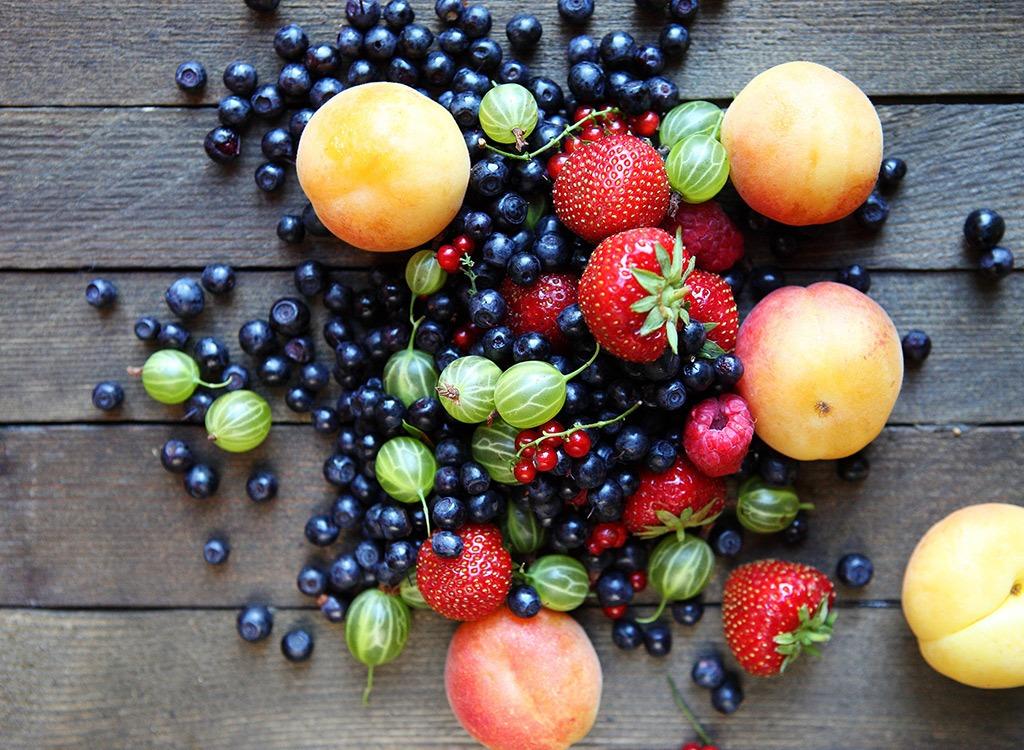 Когда лучше есть фрукты и ягоды
