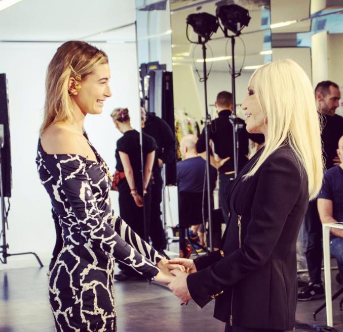 Соединение модных бьюти-трендов 1960х и 1990х годов на показе Versace Pre-fall 2019