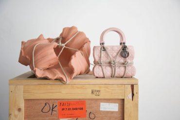 Высокое искусство: художницы осмысляют дизайн сумки Lady Dior