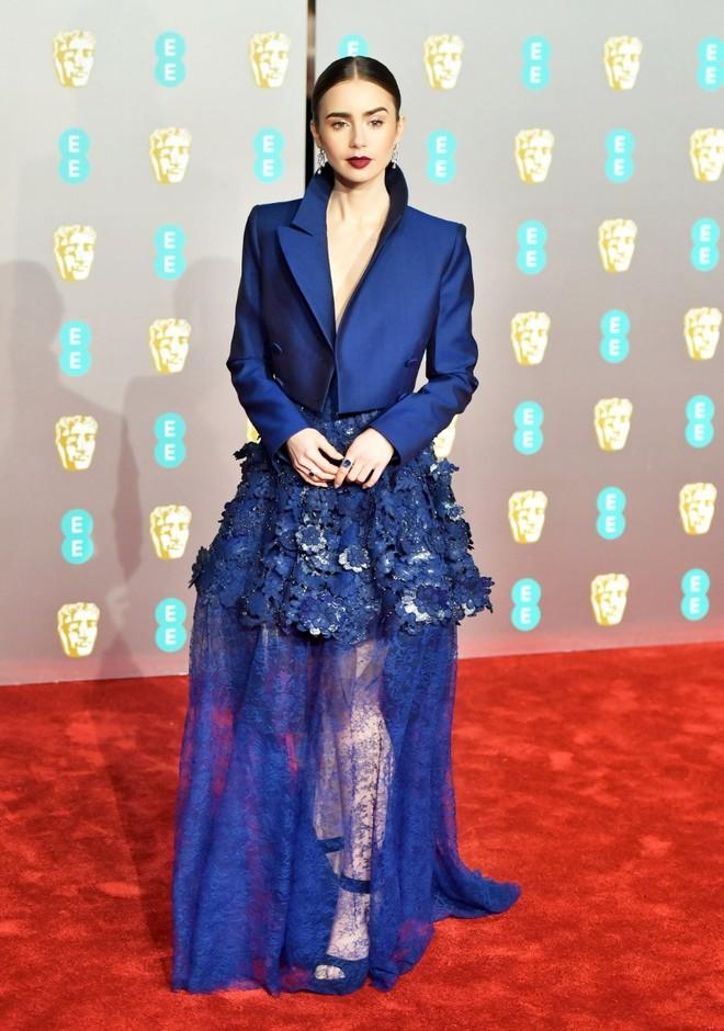 Лили Коллинз в платье Givenchy
