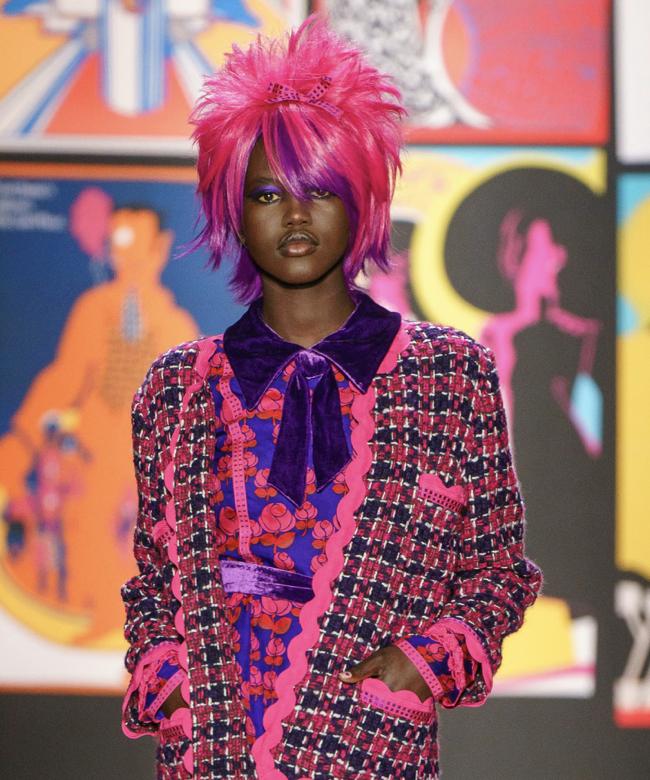 розовый парик на показе Анны Суи