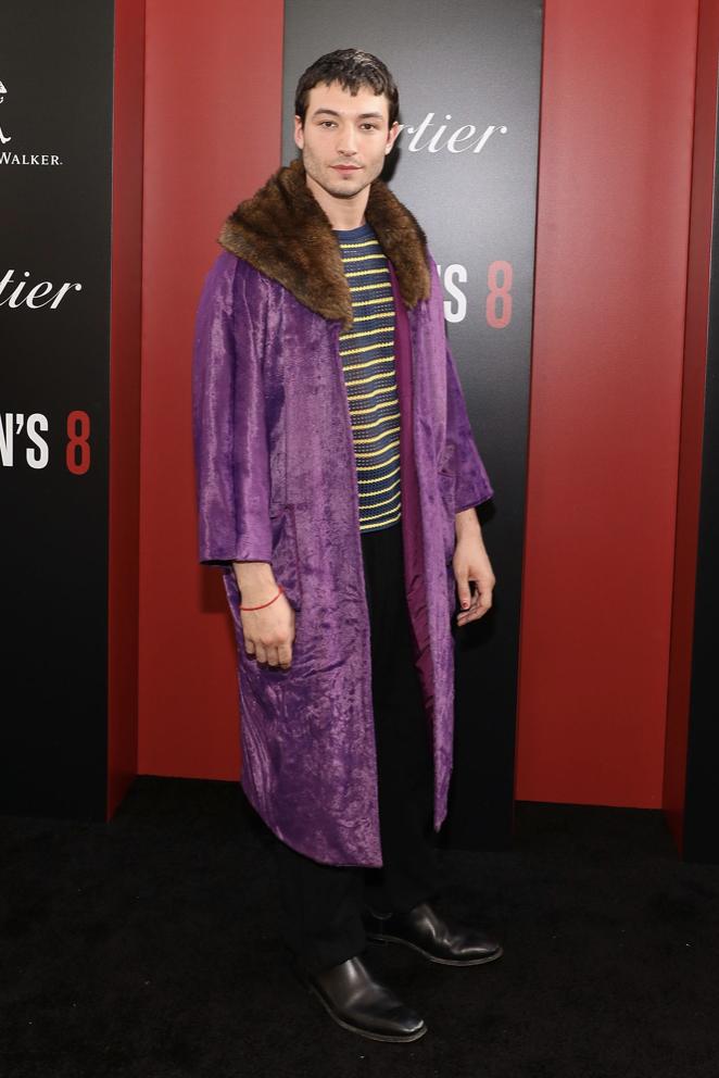 Эзра Миллер в фиолетовой шубе