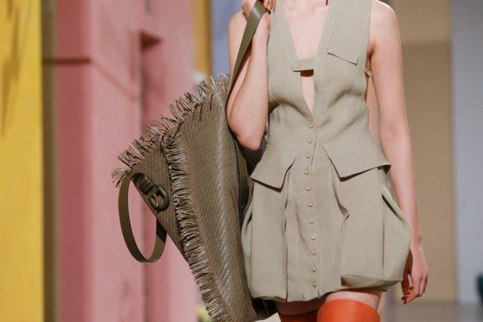 Первый день Недели моды в Париже: Jacquemus и миниатюрные, двойные, бесформенные, геометричные и другие сумки