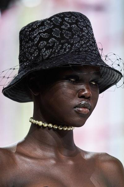 модель Адут Акеч на показе Dior Fall 2019