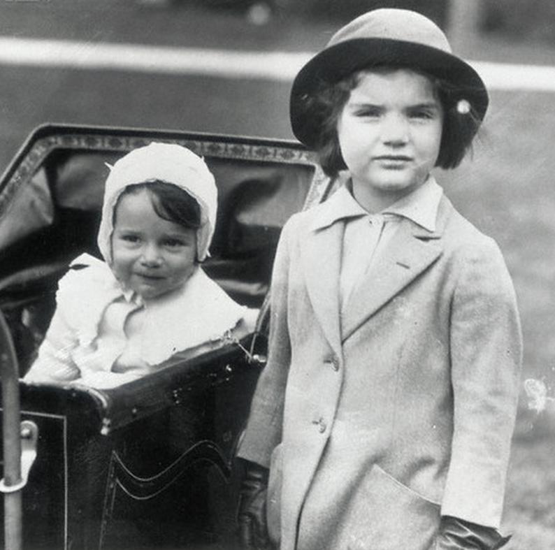 Сестры Жаклин и Кэролайн Бувье