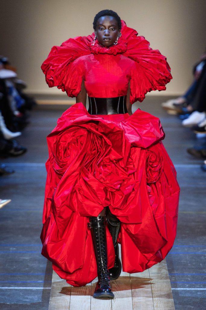 Красное платье на показе Alexander McQueen