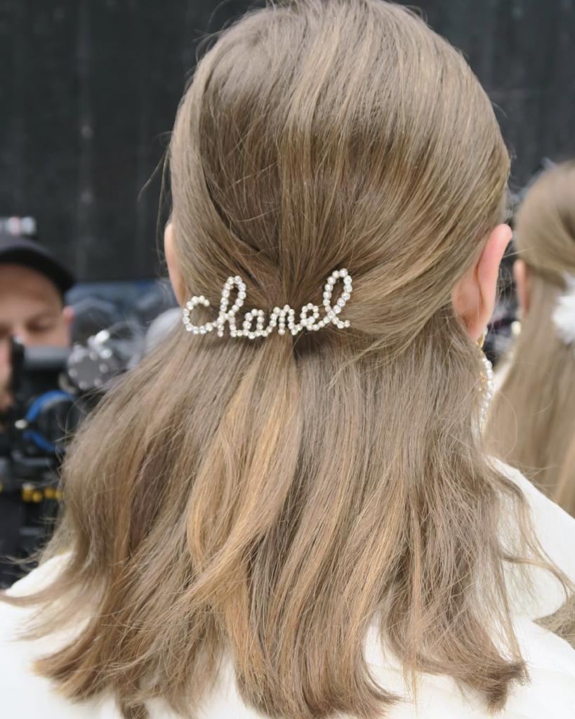 Заколки на показе Chanel Fall 2019