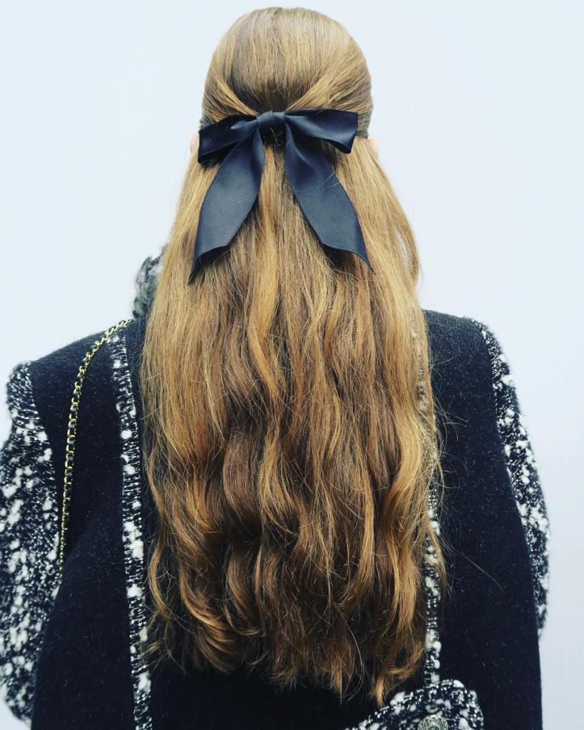 Банты для волос на показе Chanel