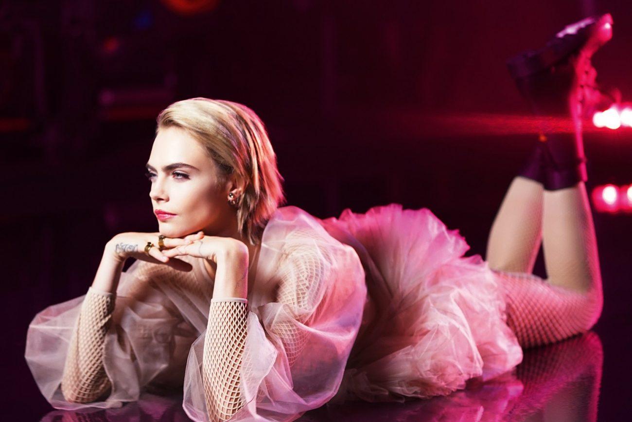 Кара Делевинь за кулисами Dior