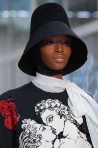 необычные шляпы на показе Valentino Fall 2019