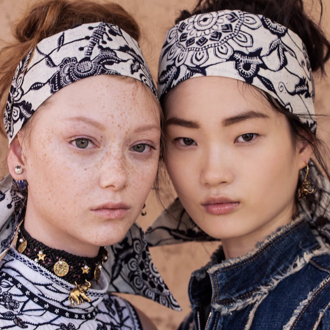 Рассказываем, как повторить макияж в песочных тонах с круизного показа Dior
