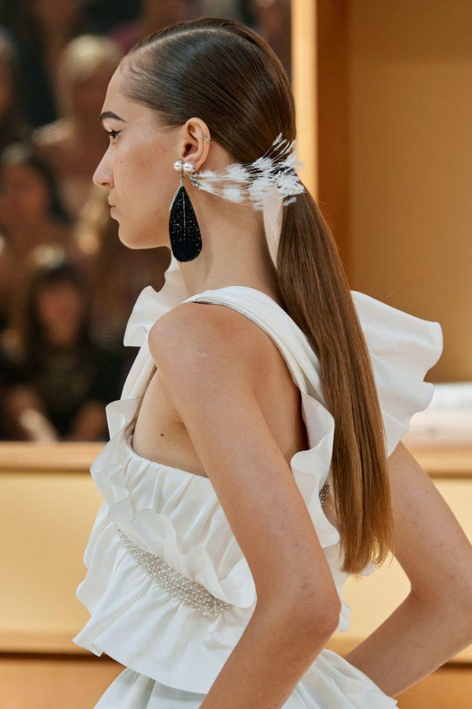 Главная укладка этого сезона — низкий хвост, как на показе Chanel Haute Couture