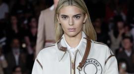 Кендалл Дженнер и ее новый цвет волос на показе Burberry весна 2020