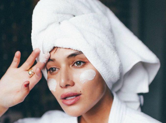 Уделяем внимание самой чувствительной зоне на лице: 12 универсальных кремов для глаз