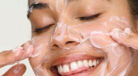 Натуральный скраб для лица от Huda Beauty