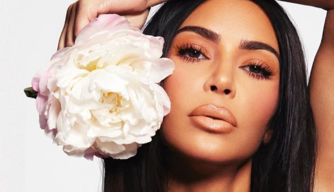 Ким Кардашьян красит губы, как в 90-х